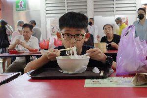 R0001315b-Eat-noodles